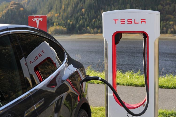 Акционеры Tesla подали в суд на Илона Маска за твит о выкупе компании