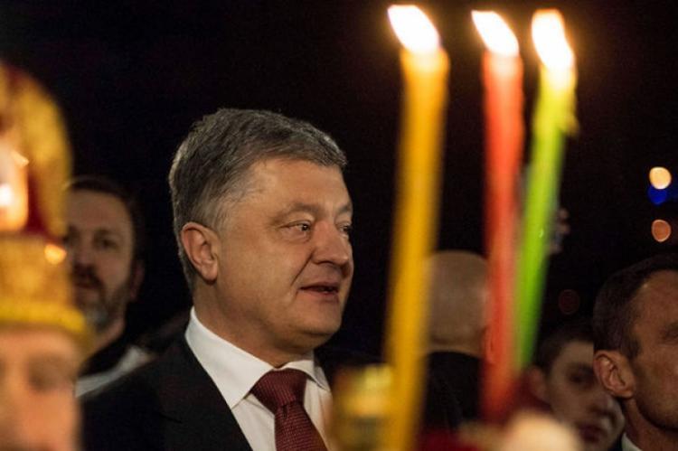 Порошенко предложил Украине бороться с врагами с помощью святой воды