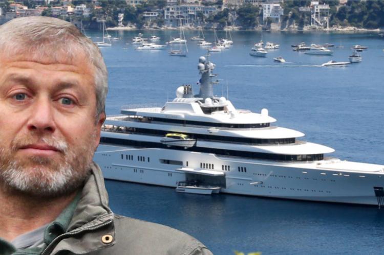 Абрамович на фоне яхты и моря