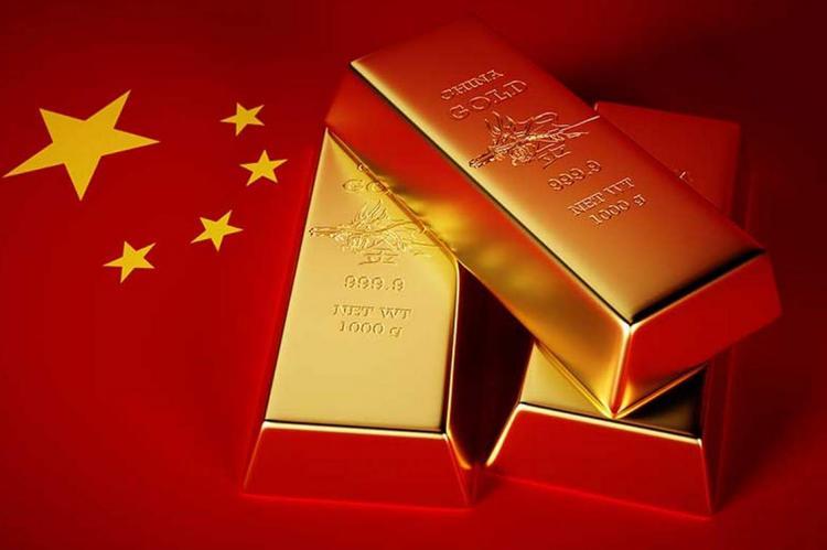 Золотые слитки на фоне китайского флага