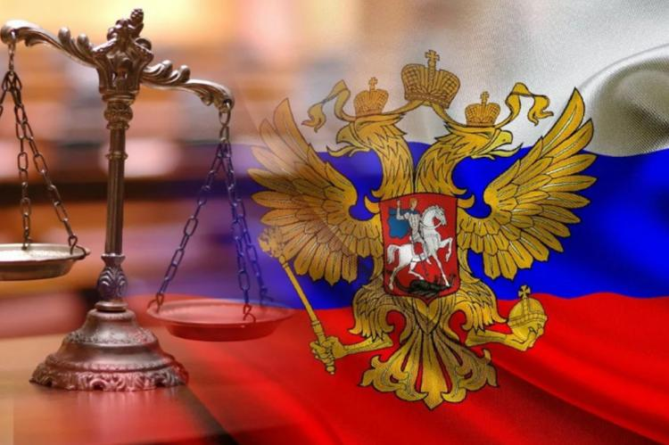 Герб России и весы на фоне флага России