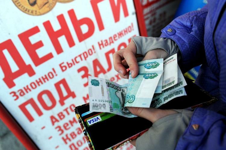 Клиент МФО с деньгами в руках