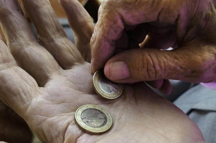 Бедный человек считает монеты