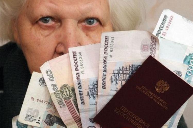 Пенсионерка с деньгами и пенсионным удостоверением