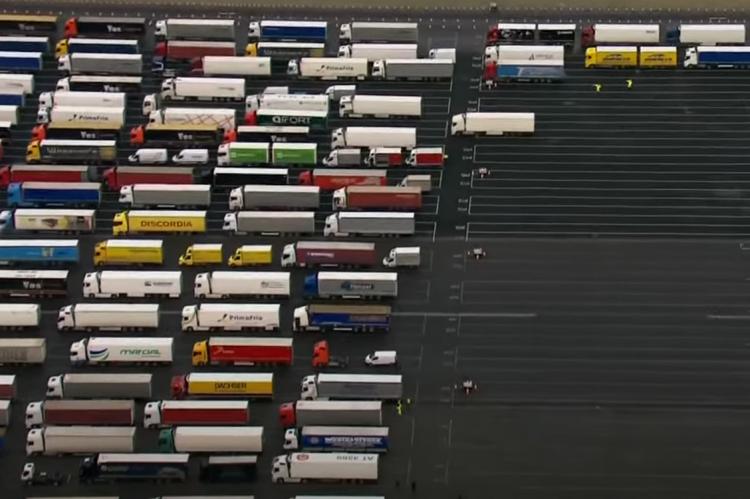 Многотысячная пробка грузовиков в британском графстве Кент
