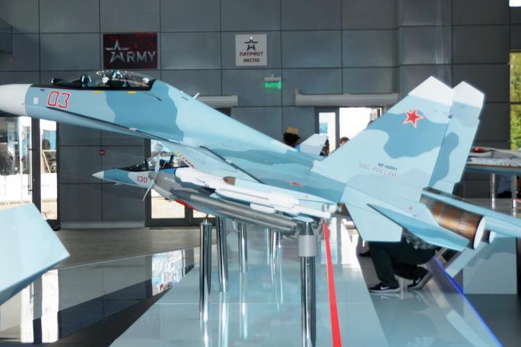 Российский истребитель на выставке