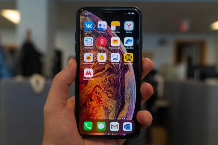 Смартфон в руке пользователя