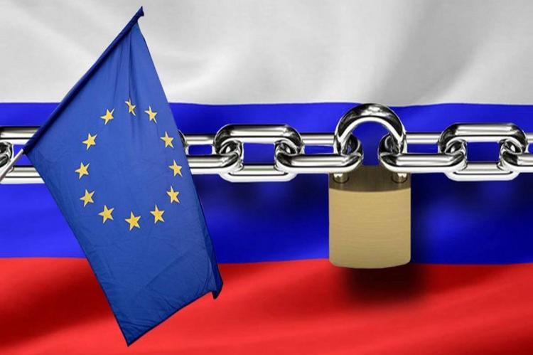 Флаги России и ЕС, цепь с замком