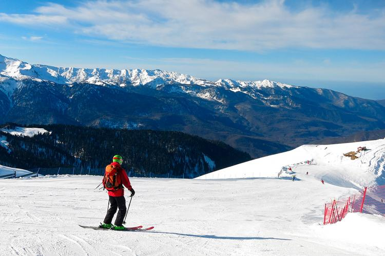Лыжник на склоне горы