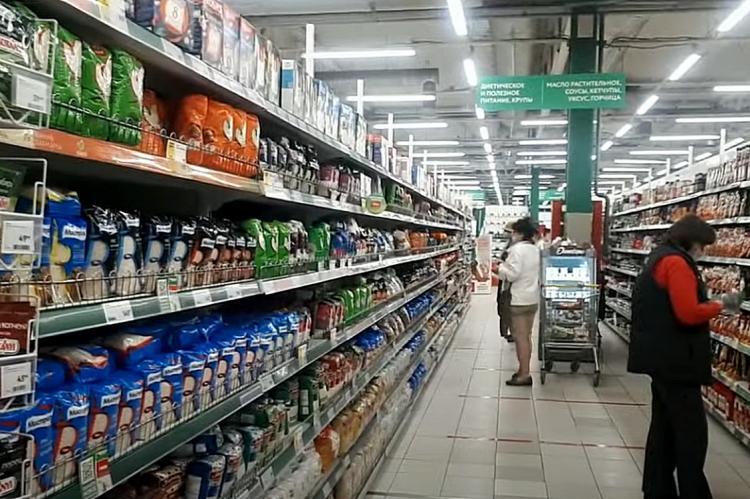 Прилавки с продуктами в российском супермаркете