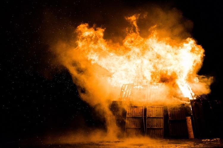 В Приморье многоэтажка сгорела из-за майнинг-фермы