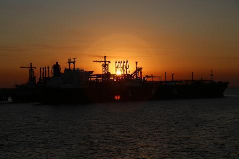 Путин дал кабмину право экстренно повышать пошлину на экспорт бензина