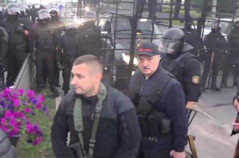 Лукашенко прибыл в свою резиденцию с автоматом в руках