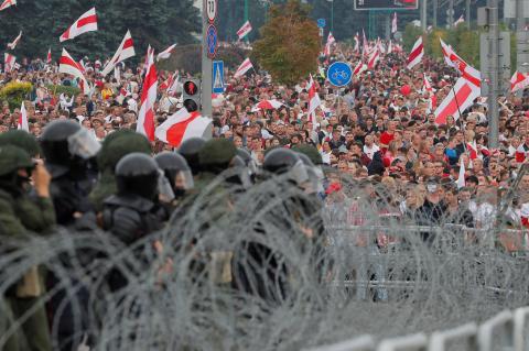 В Белоруссии разгорается скандал с финансовой помощью протестующим