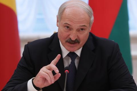 """Лукашенко заявил, что опасается отдавать действующую конституцию """"незнакомому президенту"""""""