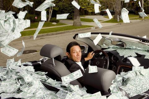 Сверхбогатый разбрасывает доллары