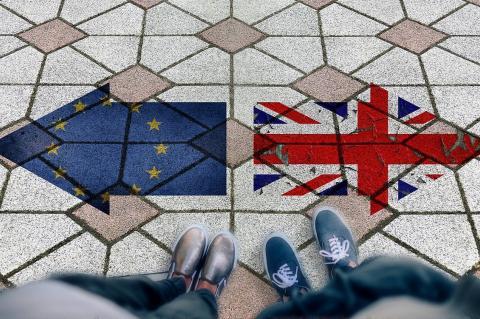 Указатели ЕС и Великобритании направленные в разные стороны
