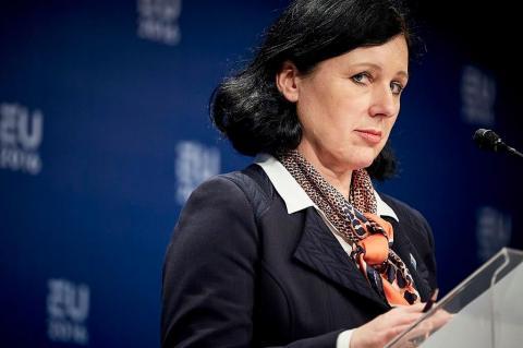 """Еврокомиссия приняла заявление о """"дезинформационных кампаниях"""" РФ и КНР во время пандемии"""