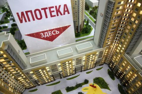 """Надпись """"Ипотека здесь"""" на фоне домов"""