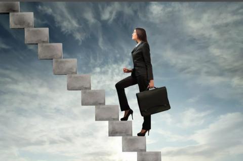 Дама поднимается по лестнице