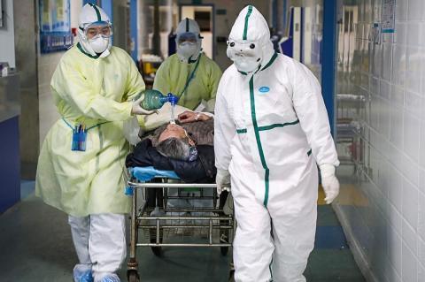 Медперсонал и каталка с больным
