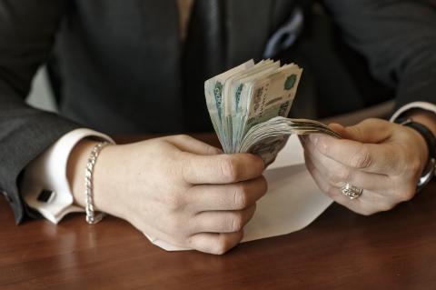 Некто перебирает деньги