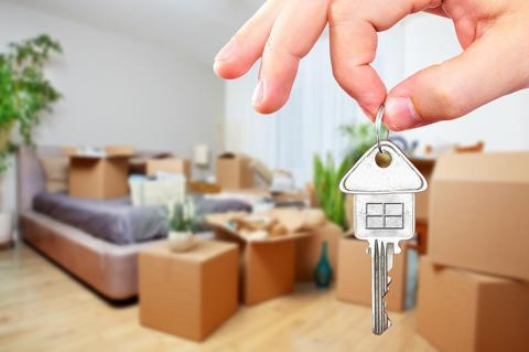 Вещи новосела и ключи от квартиры