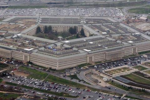 В Пентагоне не намерены проводить эвакуацию экипажа авианосца, охваченного вирусом