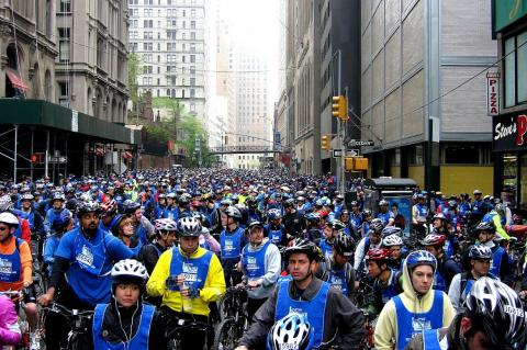Велосипедисты заполнили улицу
