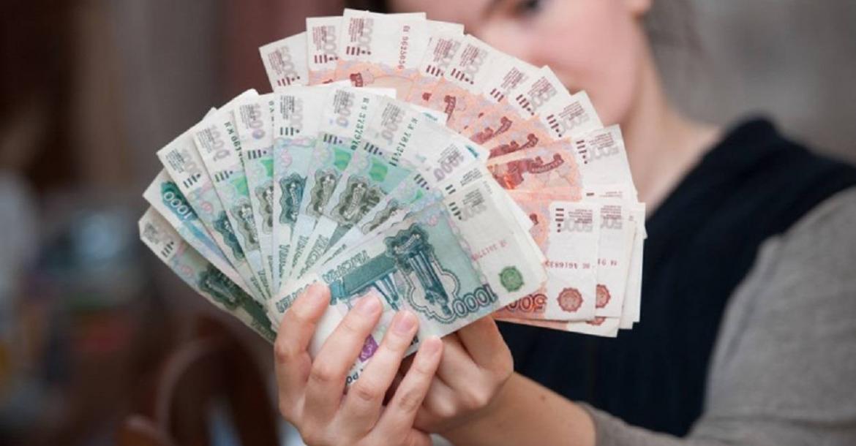 Женщина с деньгами в руках
