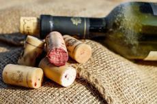 Бутылка вина и пробки
